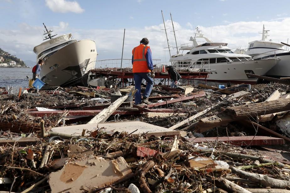 Les fortes pluies accompagnées de vents qui ont... (Photo Antonio Calanni, Associated Press)