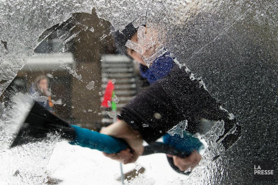 Pour déglacer le pare-brise et les autres vitres... (photo Robert Skinner, La Presse)