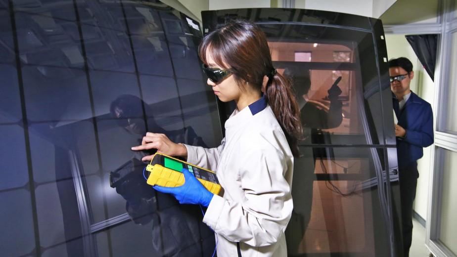 Hyundai ne dit pas à quoi sert cet impressionnant instrument jaune, mais c'est sûrement très scientifique.Ce système de captation d'énergie solaire laissera passer autant de lumière que le verre légèrement fumé qu'on trouve déjà dans le toit de nombreux véhicules pour tamiser la chaleur du soleil. ()