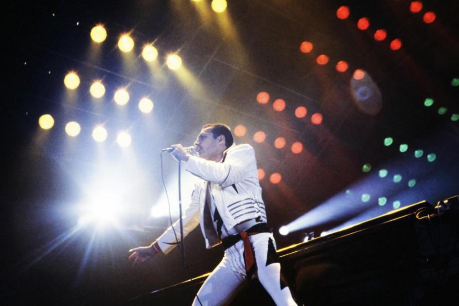 Freddie Mercury lors d'un concert à Paris, en... (Photo Jean-Claude Coutausse, archives Agence France-Presse)