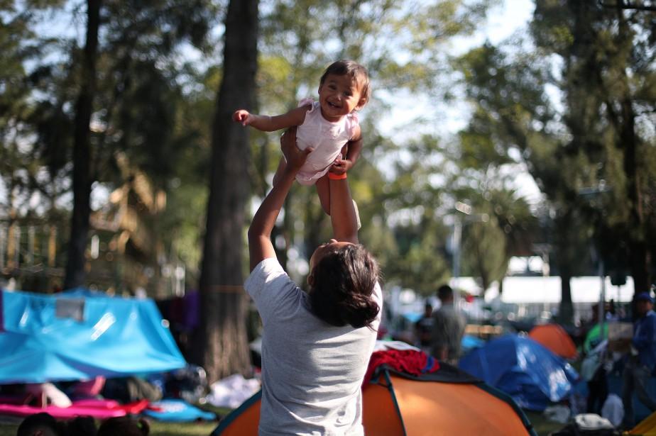Une jeune mère migrante profite de la pause... (Photo HANNAH MCKAY, REUTERS)