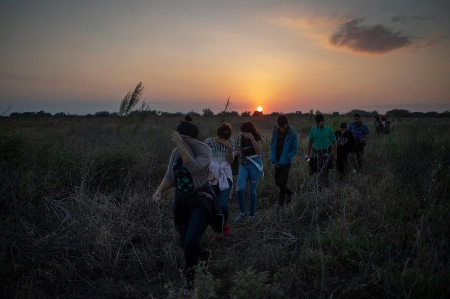 Un groupe de migrants d'Amérique centrale marchent après... (Photo ADREES LATIF, REUTERS)