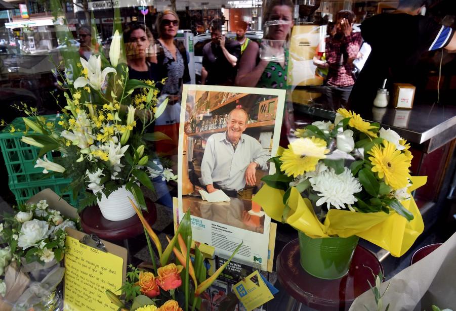 Des fleurs et des messages ont été déposés... (Photo WILLIAM WEST, Agence France-Presse)