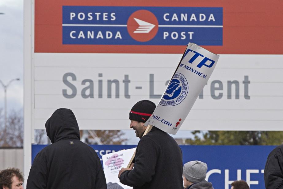 Des employés en grève de Postes Canada ont... (PHOTO PATRICK SANFAÇON, ARCHIVES LA PRESSE)
