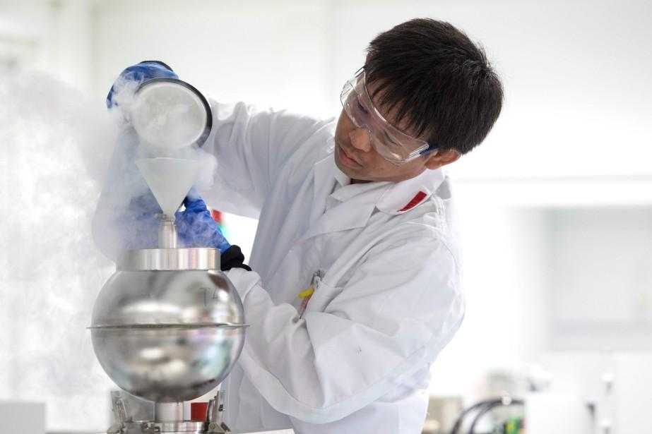 Un scientifique effectue des tests dans les laboratoires... (Photo ALEX HALADA, archives Agence France-Presse)