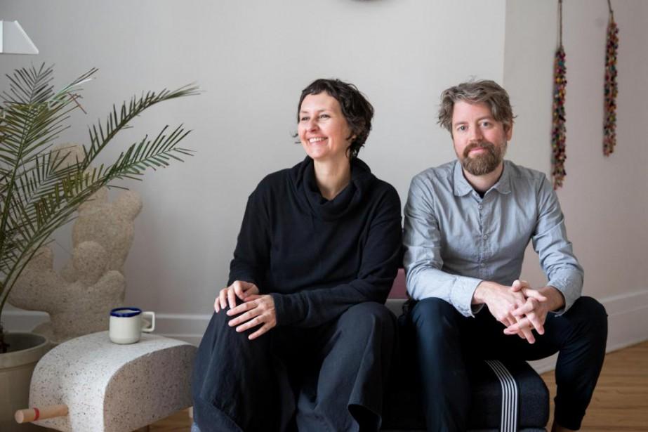 Les artistes-designers Jasna Sokolovic et Noel O'Connell dans... (Photo Marco Campanozzi, La Presse)