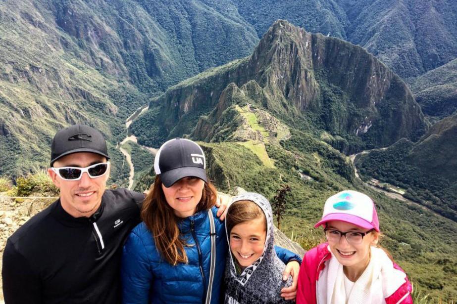 La famille Briand-Thibert au sommet de la montagne... (PHOTO FOURNIE PAR MÉLANIE BRIAND)