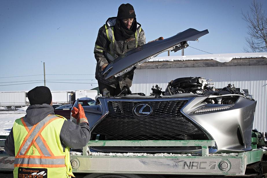 Des vehicules ainsi que des pieces ont été... (photo PATRICK SANFAçon, la presse)