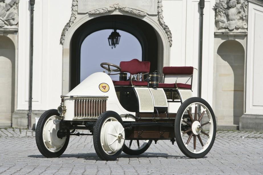 C'est lors de l'exposition universelle de Paris en 1900 qu'a été dévoilée la Lohner-Porsche, qui dissimulait dans chacune de ses roues un moteur électrique. Avec la batterie et les quatre moteurs, cette voiture à rouage intégral pesait quatre tonnes. (Photo Porsche)