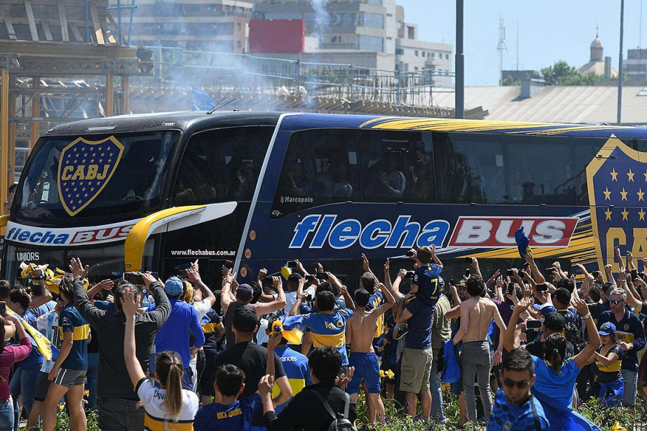 L'autocar aux couleurs de Boca Juniors, escorté par... (Photo JOSE ROMERO, TELAM via AFP)