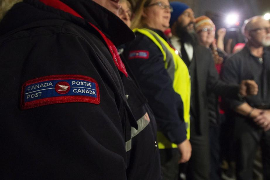 Les employés de Postes Canada tiennent des grèves... (Photo AdrianWyld, La Presse canadienne)