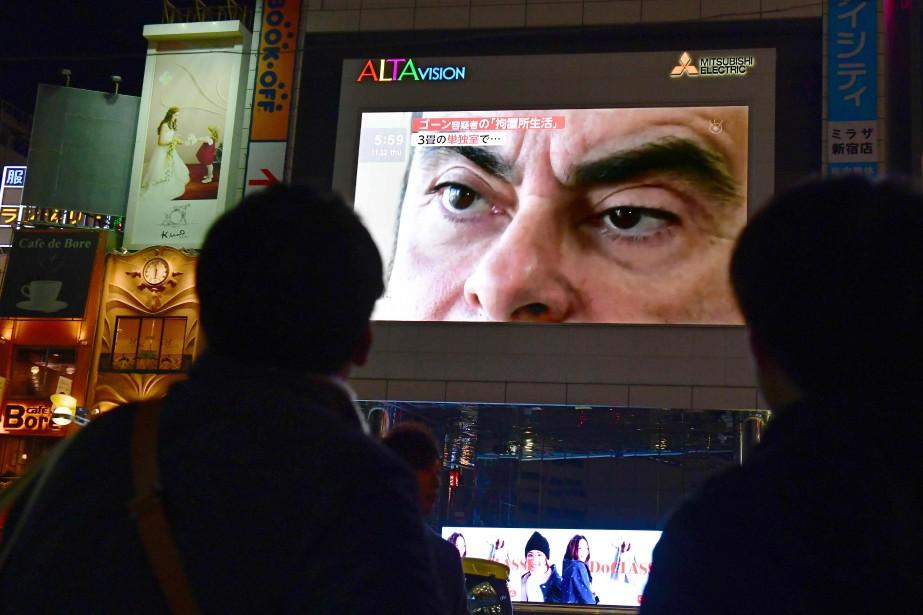 Des piétons à Tokyo regardent un écran géant... (Photo KAZUHIRO NOGI, AFP)