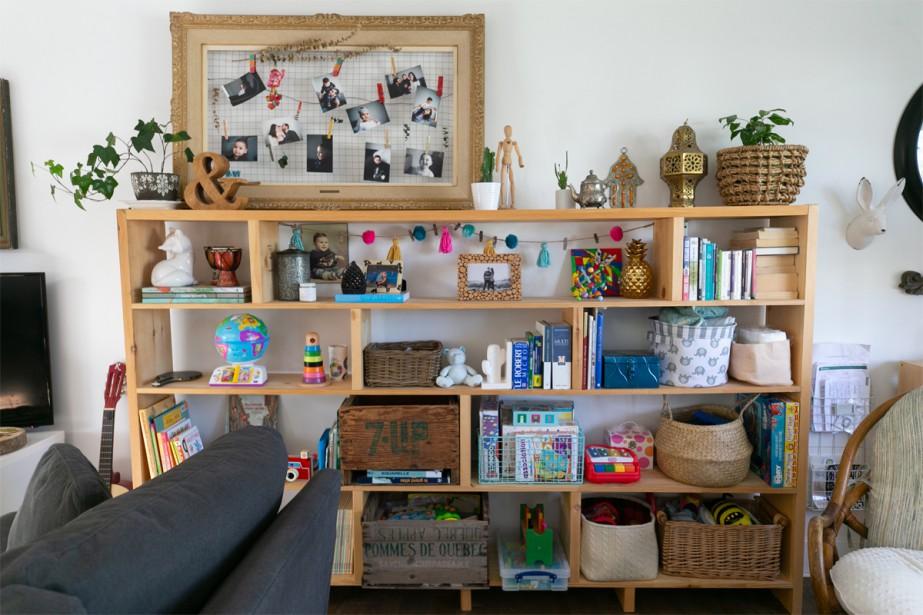 Après la transformation:Pièce de résistance du décor, la grande bibliothèque est un projet du couple. D'aspect rustique et faite de bois massif, elle prend beaucoup de place visuellement dans la pièce. | 27 novembre 2018