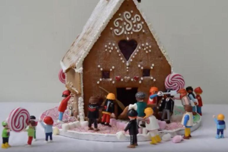 Des figurines démolissent une maison en pain d'épices.... (SAISIE D'ÉCRAN D'UNE VIDÉO TIRÉE DE YOUTUBE)
