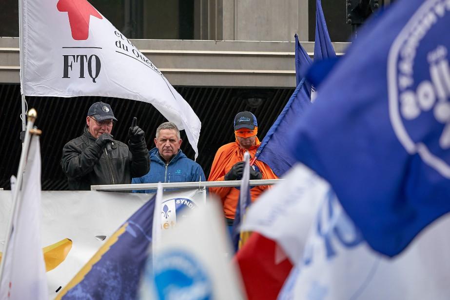 Les lockoutés étaient accompagnés de plusieurs autres syndiqués... (Photo André Pichette, La Presse)