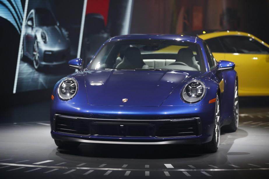 Le logement de roues est un peu plus volumineux, mais la 911 2020 a le même long museau, les mêmes grands yeux et le même toit incliné que toutes les autres depuis 1963... ce qui est exactement ce que les acheteurs veulent. (AP)