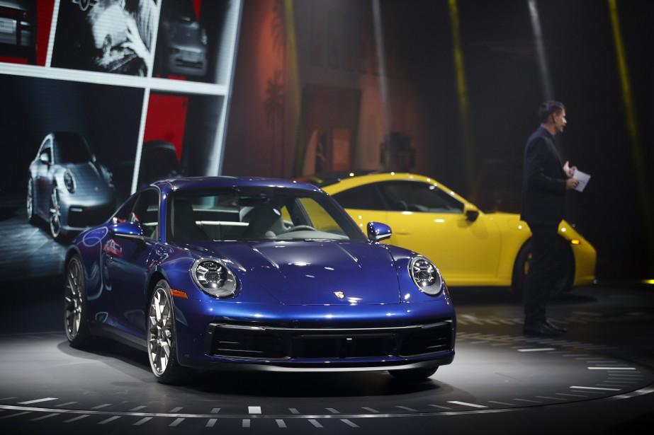 Le PDG de Porsche, Oliver Blume, présente la Porsche 911 2020 au Salon de l'auto de Los Angeles. (AP)