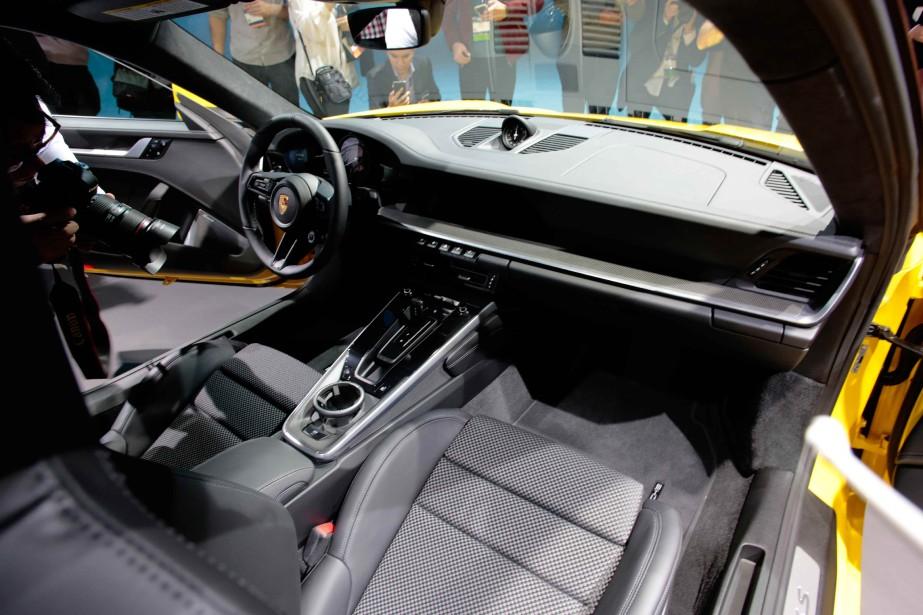 L'intérieur de la 911 a été refait et comprend maintenant un écran de 10,9 pouces. (REUTERS)