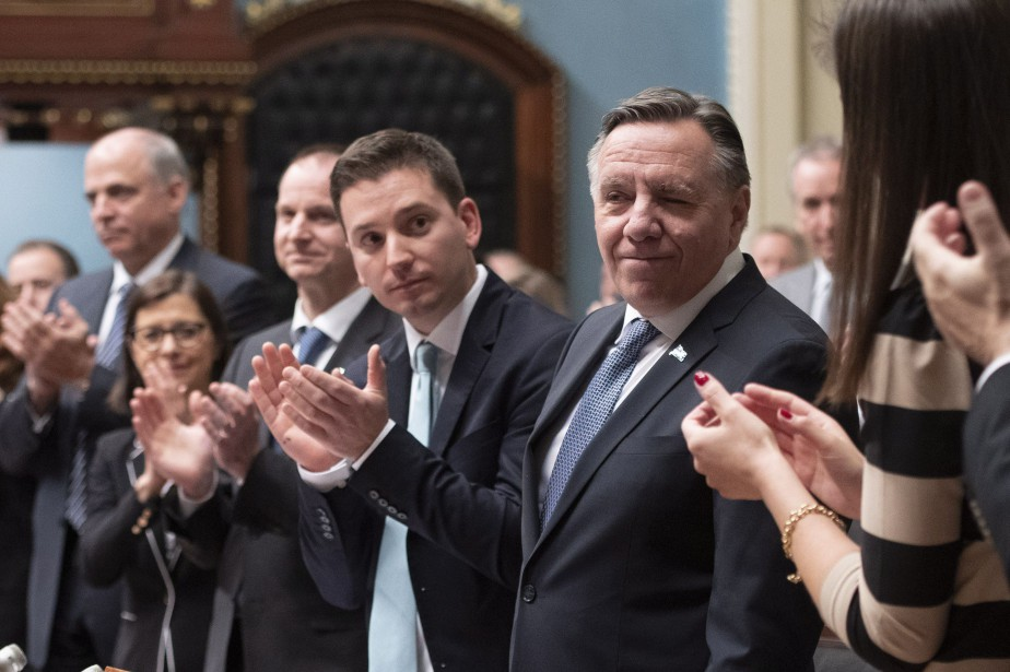 Le premier ministre François Legault est applaudi par... (Photo Jacques Boissinot, LA PRESSE CANADIENNE)