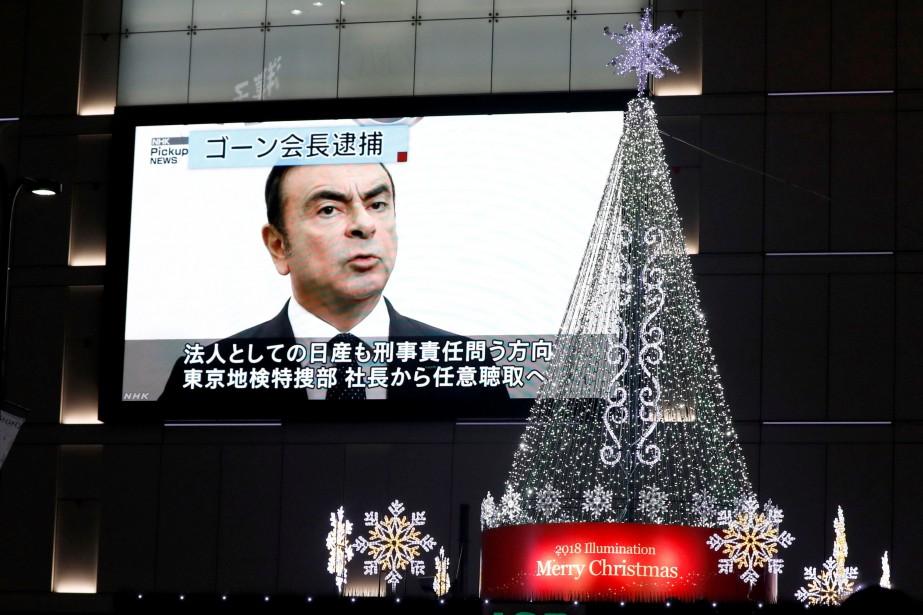 Un écran géant d'actualités montre l'ex-président du conseil... (Photo TORU HANAI, REUTERS)