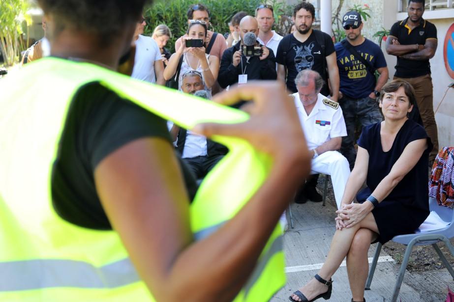 La ministre de l'Outre-mer AnnickGirardin écoute un manifestant... (Photo RICHARDBOUHET, AFP)