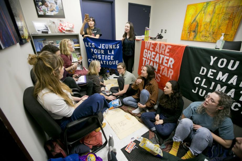 Unequinzainede jeunes ontmanifesté vendredi dans le bureau decirconscriptiondeJustin... (Photo François Roy, La Presse)
