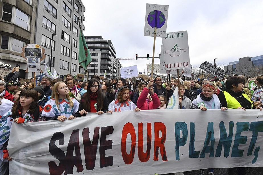 Des manifestants ont déployé une bannière appelant à... (Photo Geert Vanden Wijngaert, Associated Press)