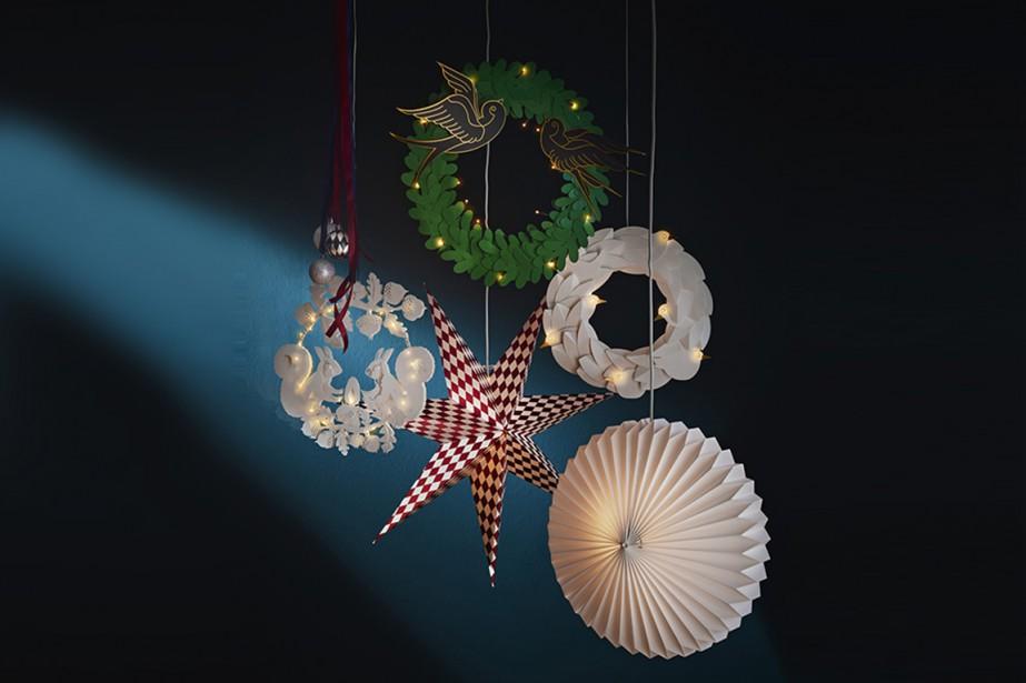<strong>CLASSIQUES RÉINVENTÉS:</strong>Les couronnes de Noël et les étoiles empruntent différents styles. «Elles conservent leur forme et leur esprit, mais certaines ont un côté plus moderne», indique Patrick Heylaerts, porte-parole d'IKEA Canada. (PHOTO FOURNIE PAR IKEA CANADA)