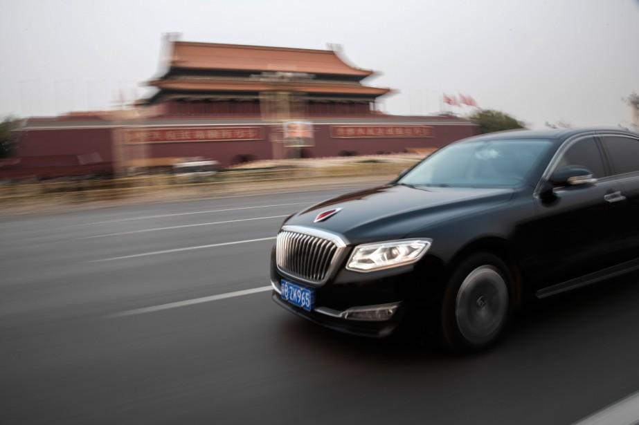 Une «Drapeau Rouge» passe devant la Place Tiananmen à Pékin. Malgré la baisse des ventes de voitures en Chine, la Drapeau Rouge connaît un succès croissant. - (Photo AFP)