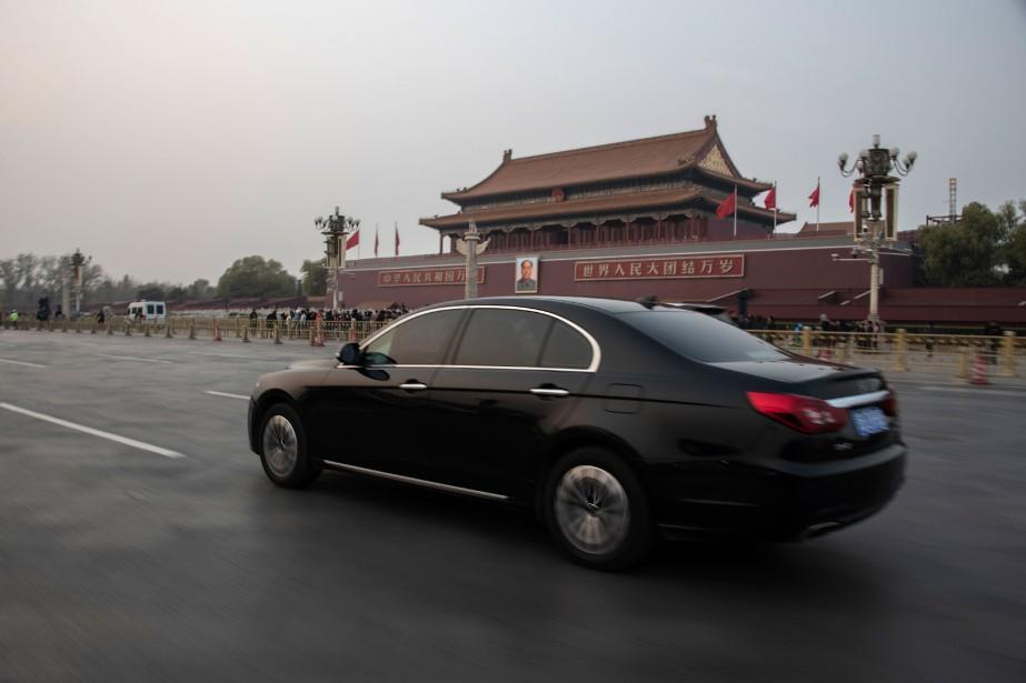 Une Hongqi «Drapeau Rouge» passe devant la Place Tiananmen à Pékin. Elle est la voiture de prestige en Chine, adoptée par le gouvernement et par les directions de grandes entrepriese d'État. (AFP)