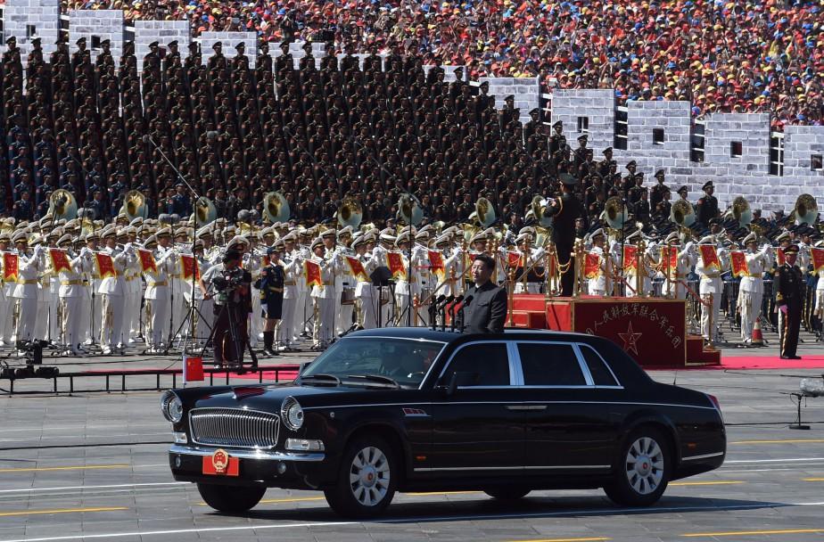 Dans cette photo prise le 3 septembre 2015, le président de la Chine, Xi Jin-Ping passe les troupes en revue à bord d'une Hongqi Drapeau Rouge lors d'un défilé militaire marquant 70<sup>e</sup>anniversaire de la défaite du Japon à la fin de la Seconde Guerre mondiale. (AFP)