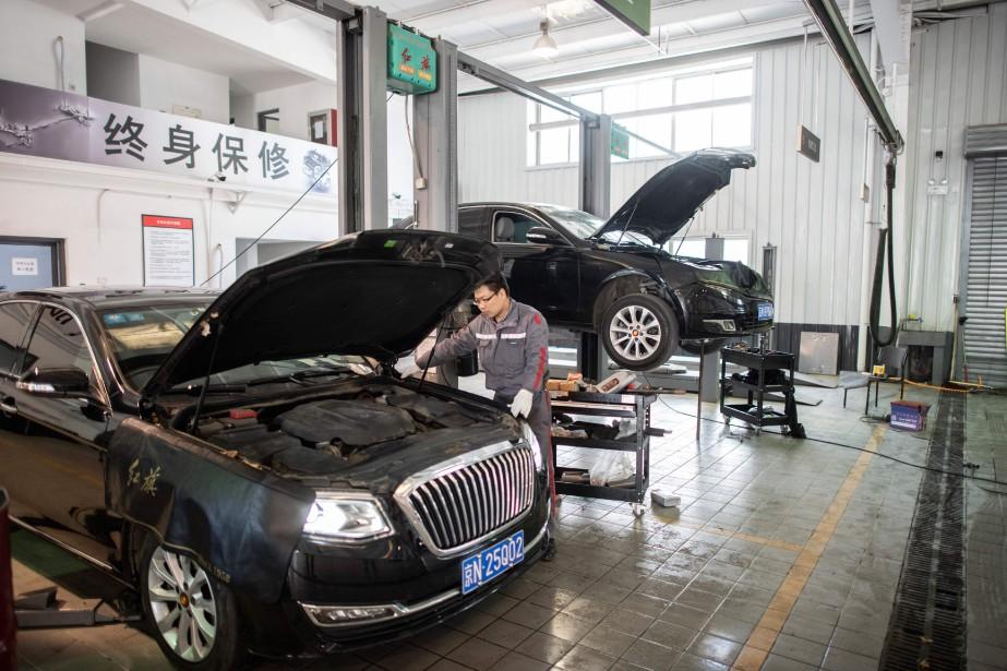 Un employé travaillant sur une «Drapeau Rouge» dans une concession Hongqi de Pékin. (AFP)