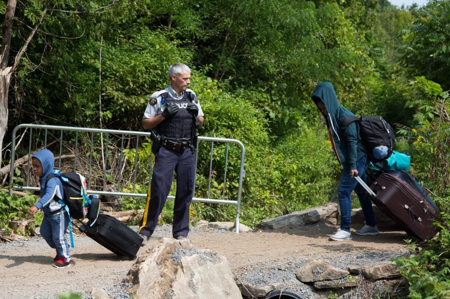 Des migrants passant des États-Unis au Canada par... (Photo MARTIN TREMBLAY, archives La Presse)