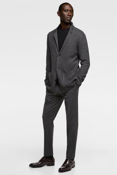 TOUT MAILLE: Cette veste en acrylique, coton et viscose comprend 15 % de fibres recyclées. D'allure structurée avec son col à revers et ses poches plaquées, cette veste est très confortable et peut se porter avec une cravate ou un noeud papillon. Elle est également offerte en bleu marine. Veste structurée en maille couleur Marengo, Zara, 79,90 $ (Photo tirée du site du fabricant)
