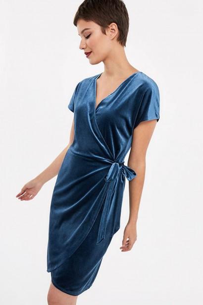DOUX VELOURS: Cette petite robe portefeuille en velours extensible à la coupe ultraféminine convient à la plupart des silhouettes. On la porte avec des talons hauts pour un look sophistiqué ou avec de jolies chaussures plates pour un style plus décontracté. Sa couleur océan clair de lune diffère des teintes habituelles des robes habillées, mais elle se décline également en noir pour celles qui préfèrent un vêtement classique. Robe portefeuille en velours, Reitmans, 69,90 $ (Photo tirée du site du fabricant)