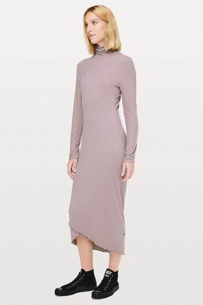 DÉTAILS SUBTILS: Réalisée dans un luxueux mélange de cachemire ultradoux, cette robe épouse les formes du corps. Son design urbain et ses détails élégants en font un vêtement adapté à toutes les occasions, le choix de la chaussure changeant tout. Existe en mauve brumeux, en cassis et en noir. Robe Naï, Lululemon, 168 $ (Photo tirée du site du fabricant)
