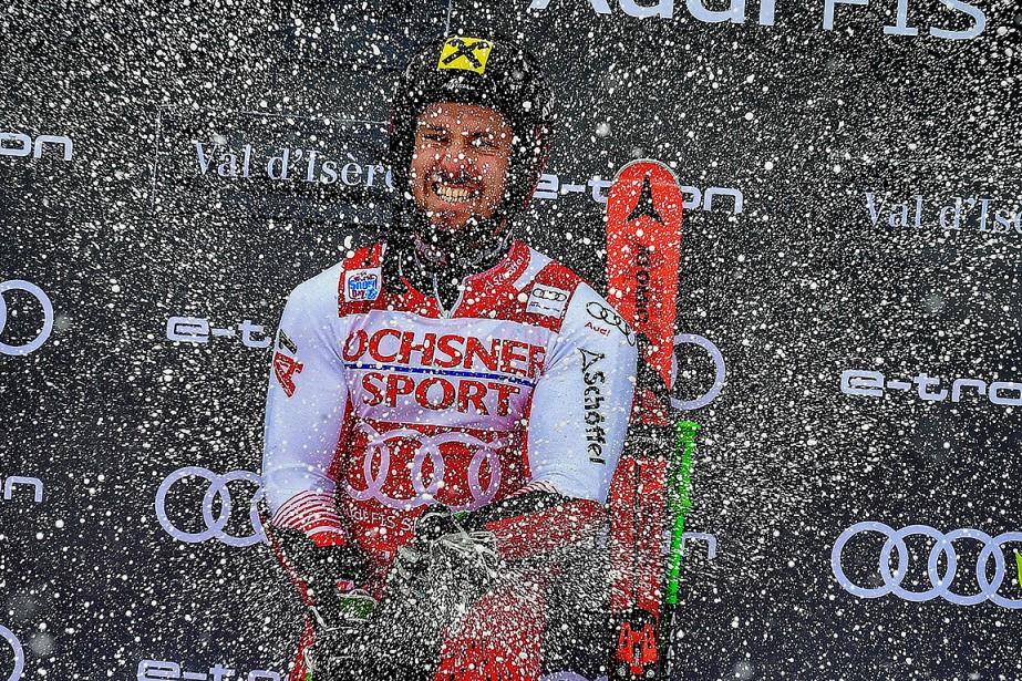 C'est au champagne que Marcel Hirscher a célébré... (Photo JEFF PACHOUD, Agence France-Presse)