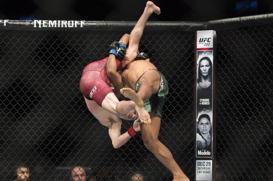 OliverAubin-Mercier, à gauche, contre son adversaire GilbertBurns, à... (Photo NathanDenette, La Presse canadienne)