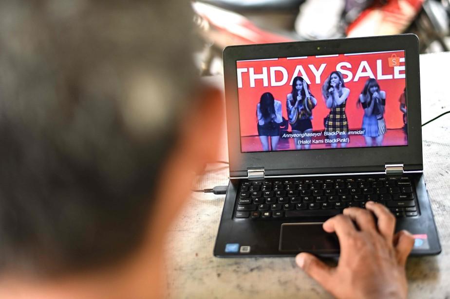 Une publicité télé montrant les chanteuses du groupe... (Photo BAY ISMOYO, AFP)
