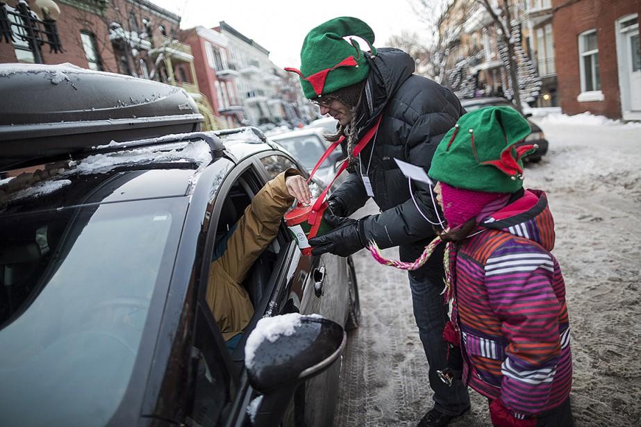 Un homme et sa fille récoltent des dons... (Photo Edouard Plante-Fréchette, archives La Presse)