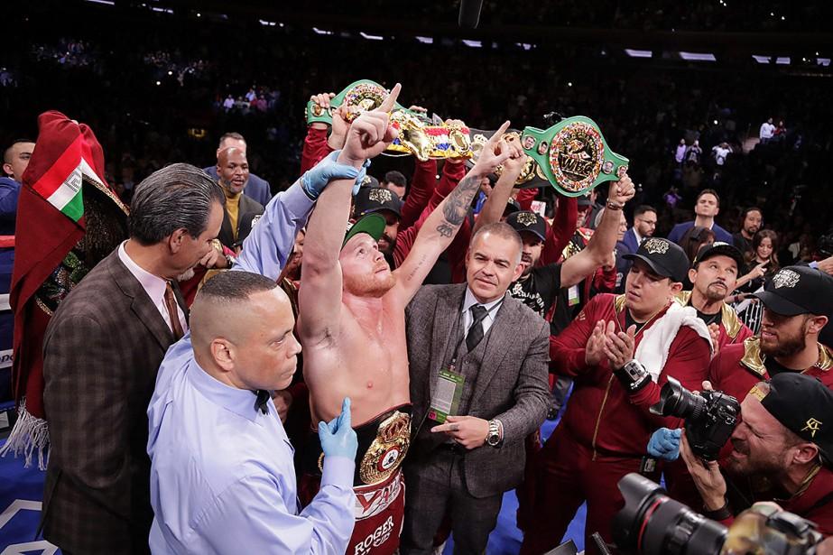 Canelo Alvarez a envoyé Rocky Fielding au tapis... (Photo Frank Franklin II, Associated Press)