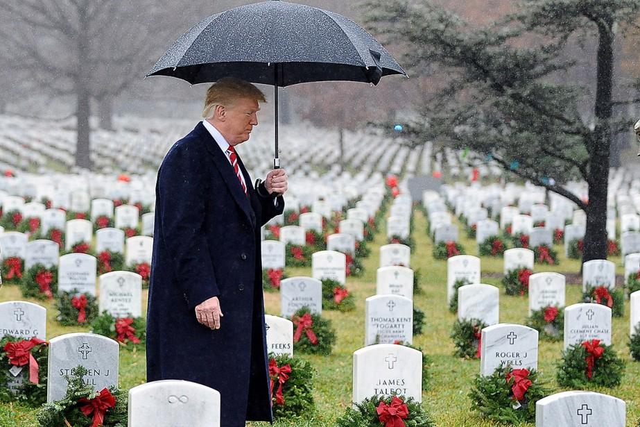 Donald Trump s'est rendu au cimetière d'Arlington, le... (Photo MARY F. CALVERT, REUTERS)