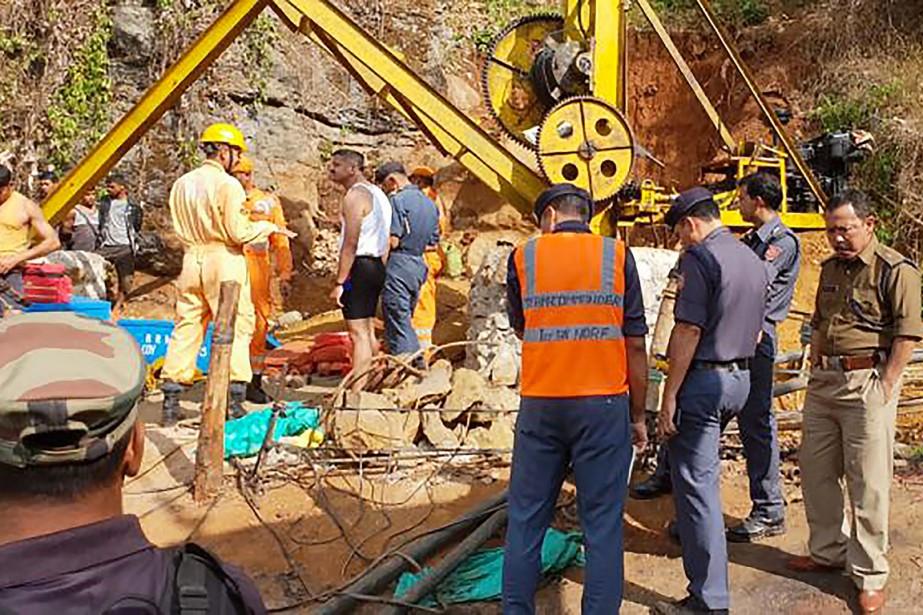 Des équipes de secouristes ont pompé l'eau du... (Photo fournie par la Force nationale d'intervention en cas de catastrophe via AFP)