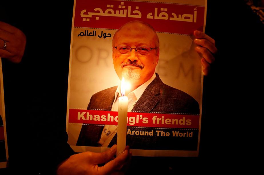 Une affiche avec le portrait du journaliste saoudien... (Photo Osman Orsal, REUTERS)