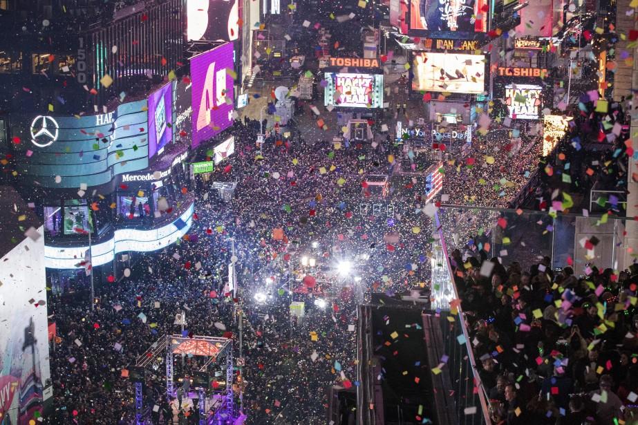 La foule qui va voir la grosse boule... (Photo Mary Altaffer, AP)