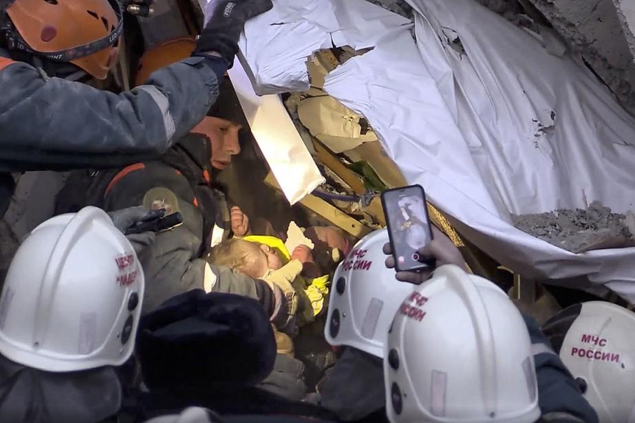 Sur cette image fournie par le ministère russe... (Photo fournie par le ministère russe des Situations d'urgence via AP)