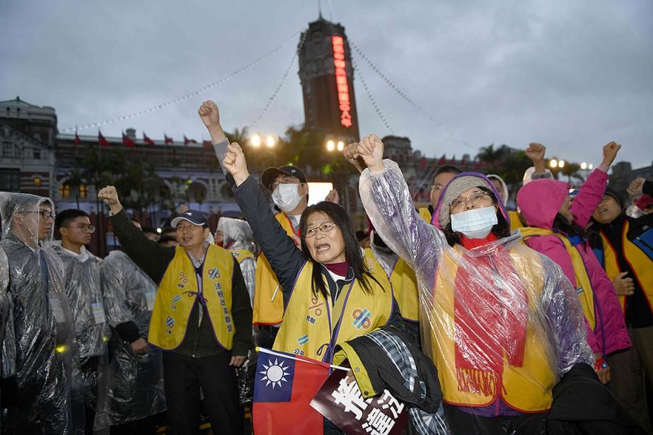 Une centaine de manifestants sont parvenus à s'introduire... (Photo SAM YEH, AFP)