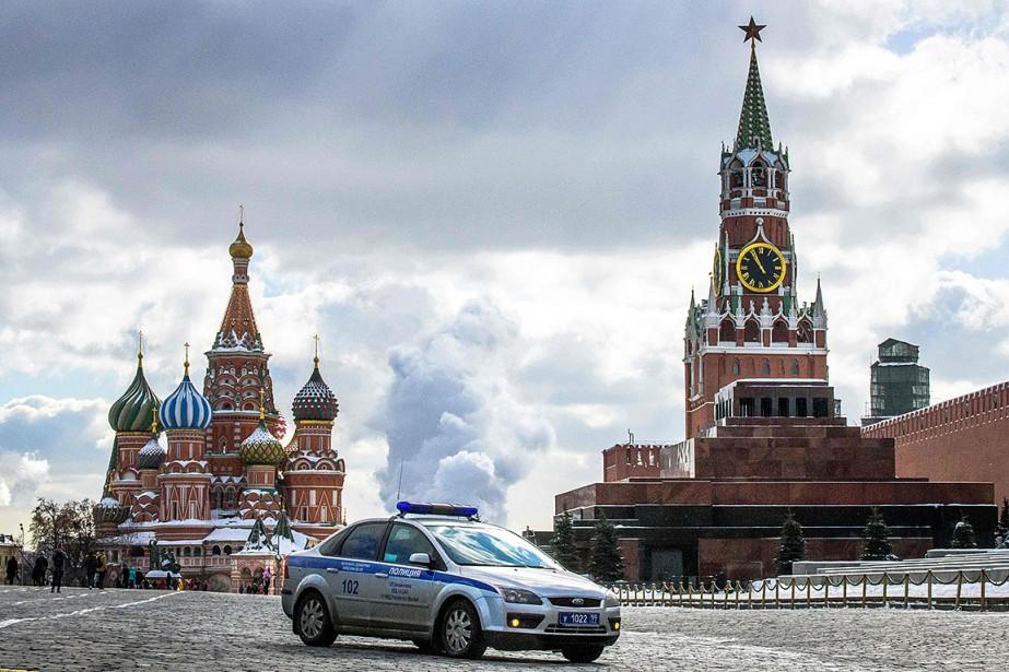 Sur cette photo, une voiture de police est... (Photo MLADEN ANTONOV, AFP)