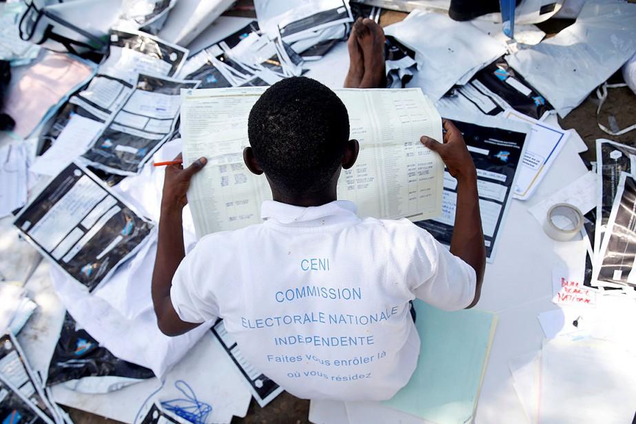 Sur cette photo, un homme examine du matériel... (Photo BAZ RATNER, REUTERS)