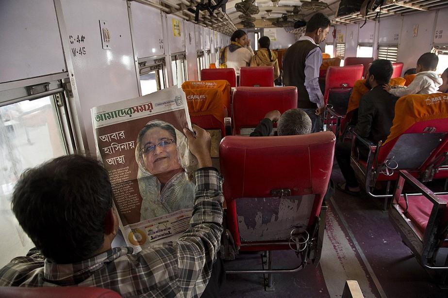 Un homme lit le journal qui fait état... (Photo Anupam Nath, AP)